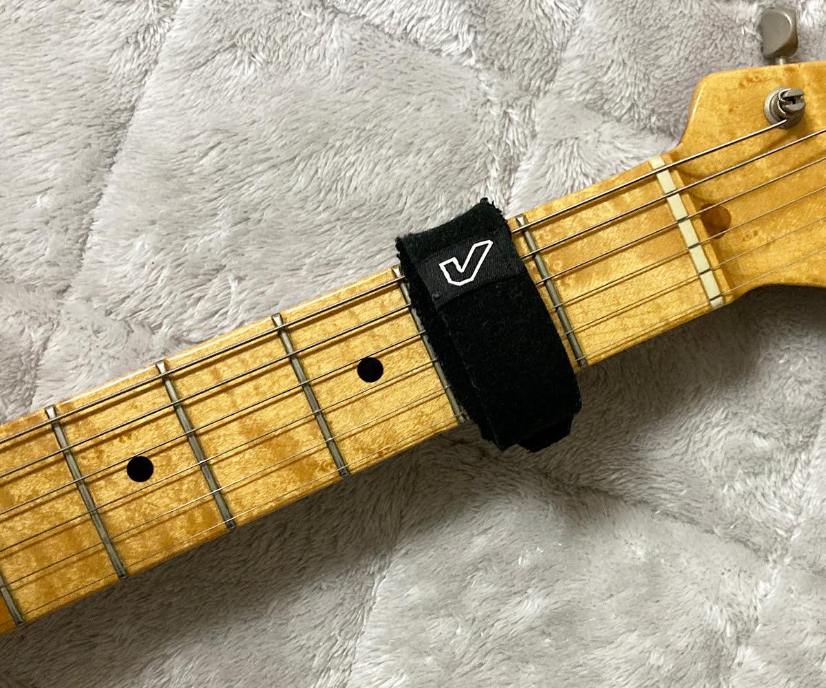 ギターの2フレット上に取り付けたフレットラップ